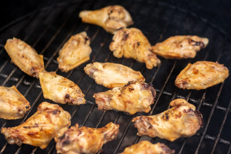 Grilling the chicken wings on the big green egg on direct heat
